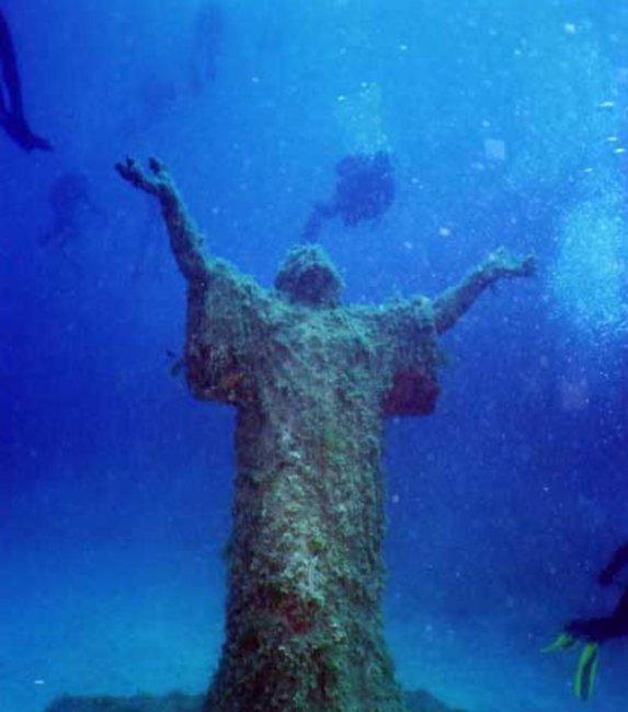 Подводные свадьбы у статуи Христа проводятся в Италии